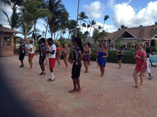 VIK Hotel Arena Blanca : Animação na piscina, aulas de salsa.
