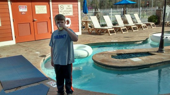 Clarion Inn Dollywood Area : Sipping some complementary lemonade while checking out the outdoor pool area.