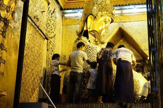 Мандалай, Мьянма: 仏像のところに登れる