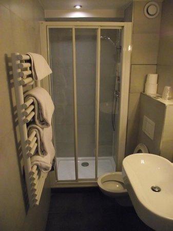 Hotel Eugenie : Banheiro do apartamento 304