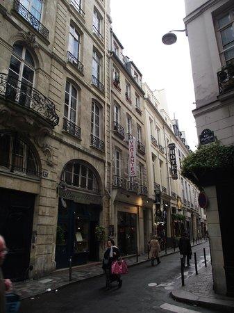Hotel Eugenie : Vista da rua e do prédio do hotel