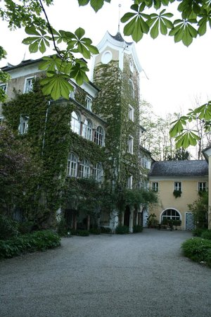 Schloss Haunsperg : View of the ivy covered front wall and entrance to the schloss.