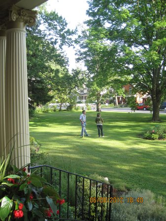 Lalor Estate Inn : the garden where Glen attends his duty but doesn't forget about us