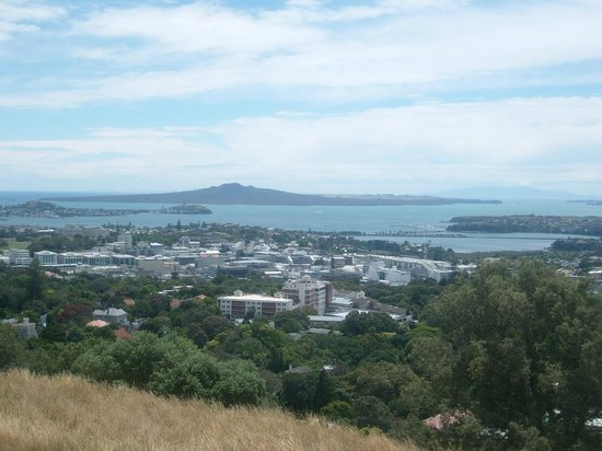 Mount Eden: view - Rangitoto island