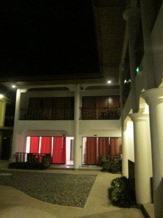 Alona Vida Beach Resort: hotel grounds