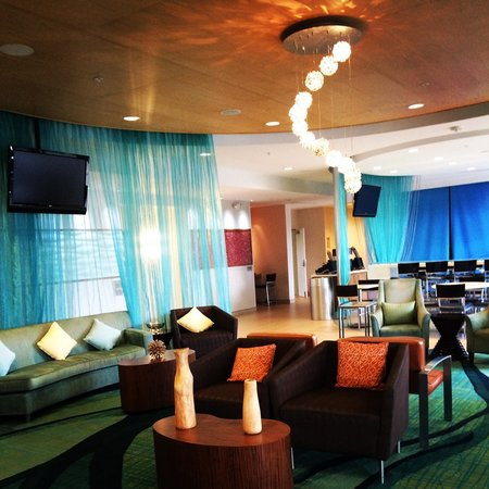 SpringHill Suites Cincinnati Airport South : The lobby, very clean and modern!