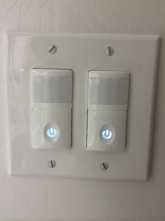 SpringHill Suites Cincinnati Airport South: Modern light switches.
