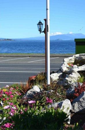 Colonial Lodge Motel: Garden Views
