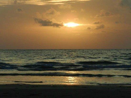 Soneva Kiri Thailand: 夕日。