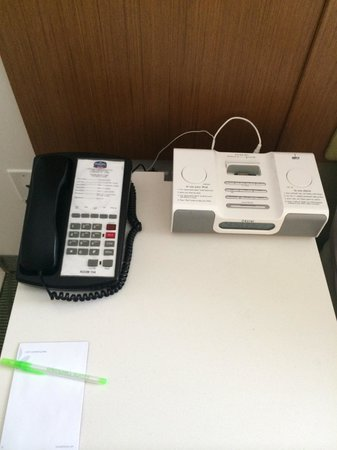 SpringHill Suites Cincinnati Airport South: iPod or iPhone home and phone.