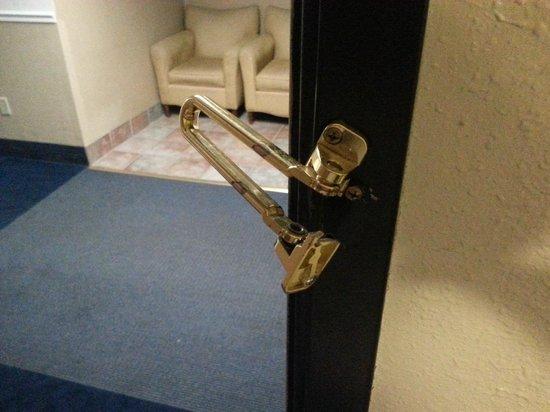 Airport Inn Hotel : Broken security lock