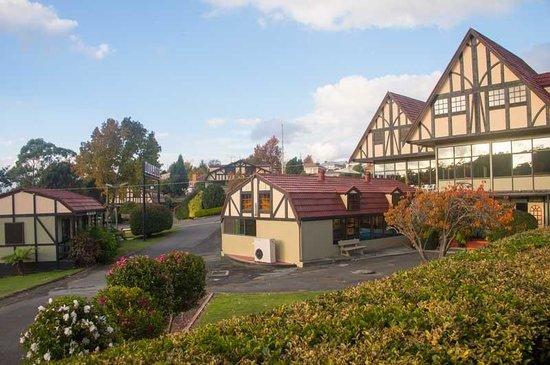 Village Family Motor Inn : Village Motor Inn in daylight