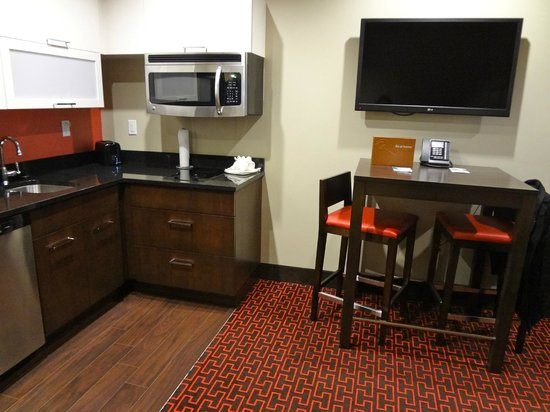 Homewood Suites by Hilton Denver Downtown-Convention Center: Kitchen/Dining Area