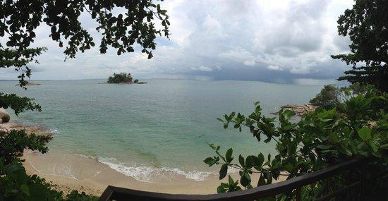 Villa Aarya: rainbow from pool