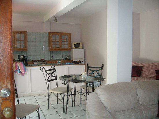 Blue Skies Apartments: Dining Area