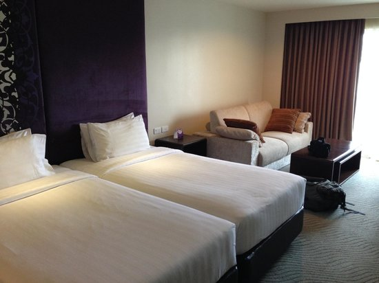 Furama Silom: Deluxe Room - twin bed