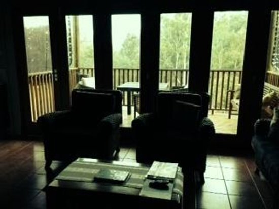 Dwellingup B&B and Chalets: Sitting area leads out to elevated balcony for B and B guests