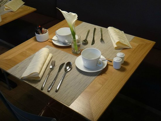 Hôtel Les Haras : Mesa do café da manhã - requinte.