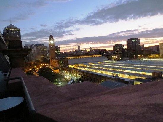 Adina Apartment Hotel Sydney, Central : テラスから見るセントラル駅