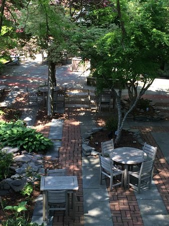 The Bellmoor Inn and Spa: Eat your breakfast on the patio