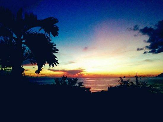 Salah satu view saat sunset dilihat dari Swimming pool area Aryaduta Manado