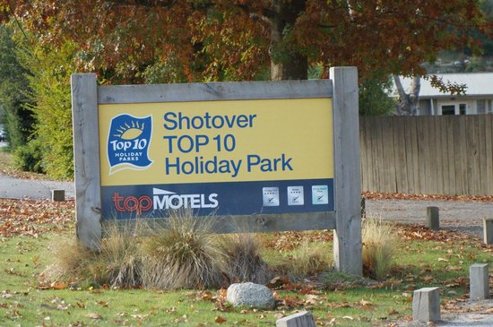 Queenstown TOP 10 Holiday Park: the sign