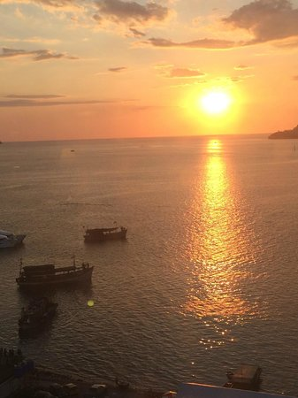Le Meridien Kota Kinabalu : Sunset view from the Club Lounge