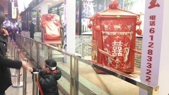 Shangxiajiu Pedestrian Street: 昔の乗り物を再現