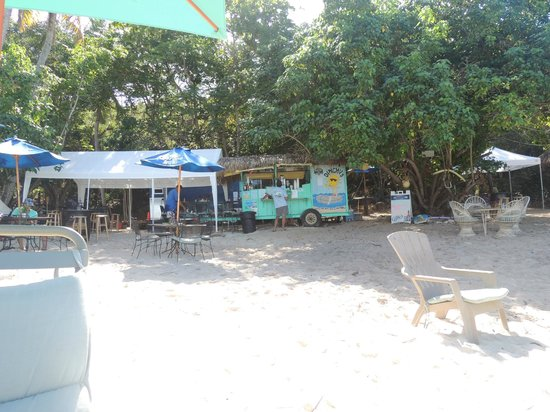 Dinghy's--food and drink at the far end of Honeymoon Beach