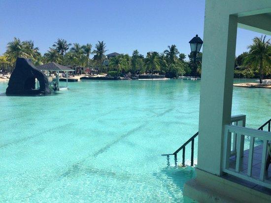 Plantation Bay Resort And Spa: Einstieg in die Laguna vom Zimmerbalkon