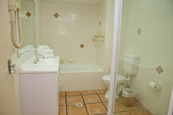 Hi Surf Beachfront Resort Apartments: Two Bedroom Two Bathroom - Bathroom