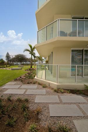 Hi Surf Beachfront Resort Apartments: Garden Area