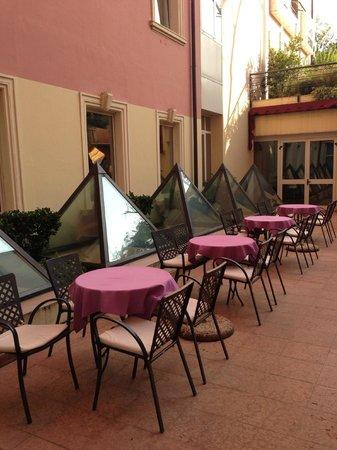 Grand Hotel Des Arts: Patio