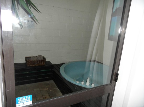 Arista of Rotorua: The personal hot tub in the back