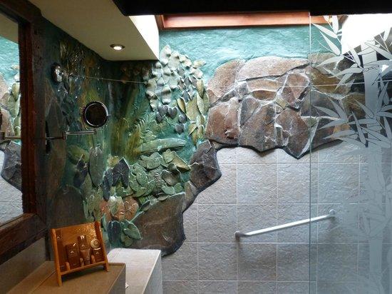 Hidden Valley Springs Resort: beautiful bath with skylight