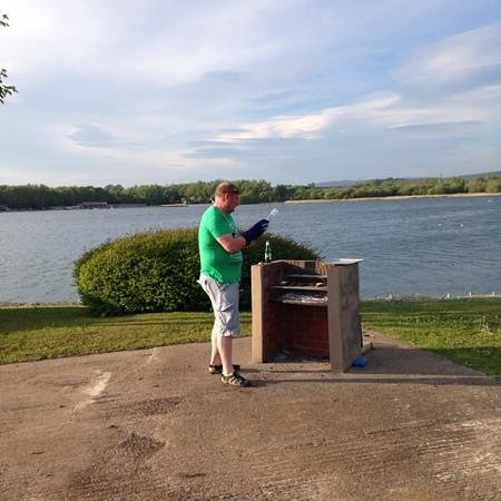 Pine Lake Resort: BBQ by the lake- grills available from reception