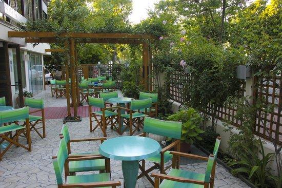 Hotel Smeraldo : La terrazza esterna un'oasi di pace serale