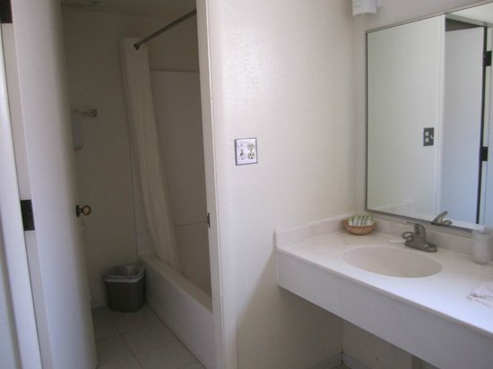 Havasupai Lodge: Toilet and shower are separate from the sink and mirror area.