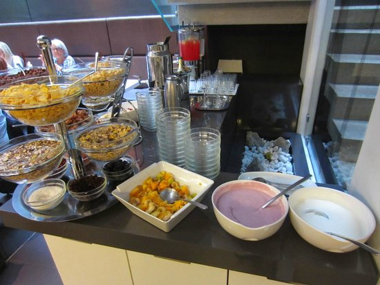 Bohem Art Hotel: Breakfast: yogurt, various types of cereal, seeds, muesli, sparkling wine
