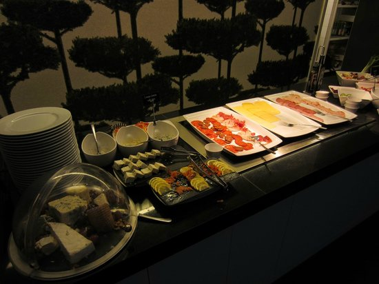 Bohem Art Hotel: Breakfast: cold cutlets, cheeses, vegetables