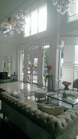 Dhavara Hotel: Look out from the reception area