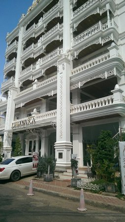 Dhavara Hotel : The front of the hotel
