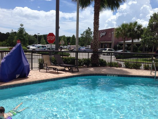 Hampton Inn Melbourne-Viera: Clean outdoor pool