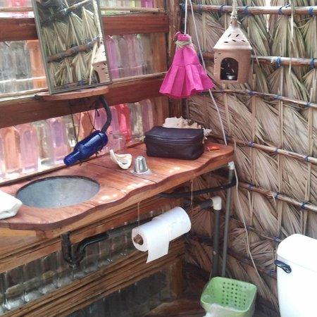 Derek's Place : Bathroom