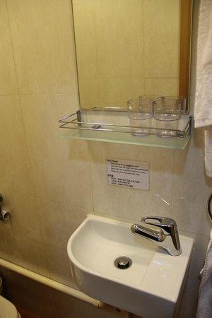 Causeway Bay Inn: Ванная