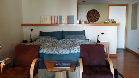 Skipping Stone Beach B&B: Queen sized bed