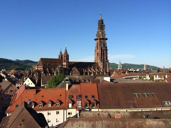 Mercure Hotel Freiburg am Münster: Sich aus dem Balkon am Ende des Flurs.