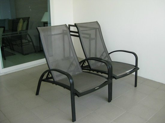Kantary Beach Hotel Villas & Suites Khao Lak : เก้าอี้นั่งเล่นที่ระเบียง
