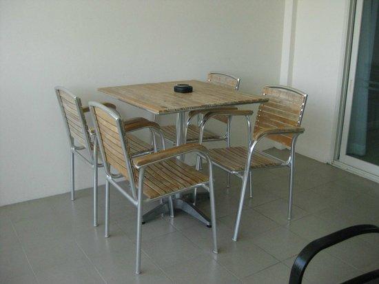 Kantary Beach Hotel Villas & Suites Khao Lak : โต๊ะทานอาหารที่ระเบียง