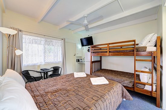 Moore Park Beach Motel: Family room